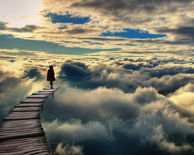 Donna tra le nuvole