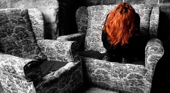 Ragazza su un divano con viso coperto
