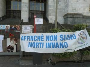 Manifestazione fiori rossi tribunale milano